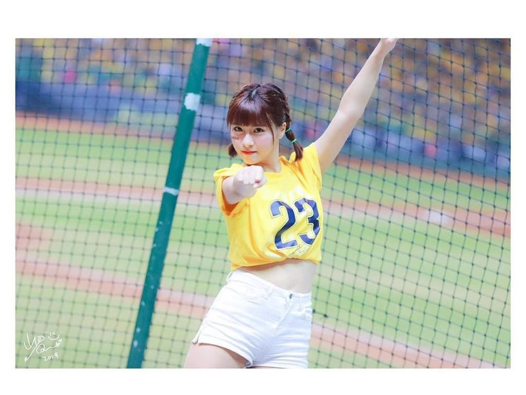 Kepincut Pesona Cheerleader Cantik yang Viral Dijuluki Bidadari Stadion