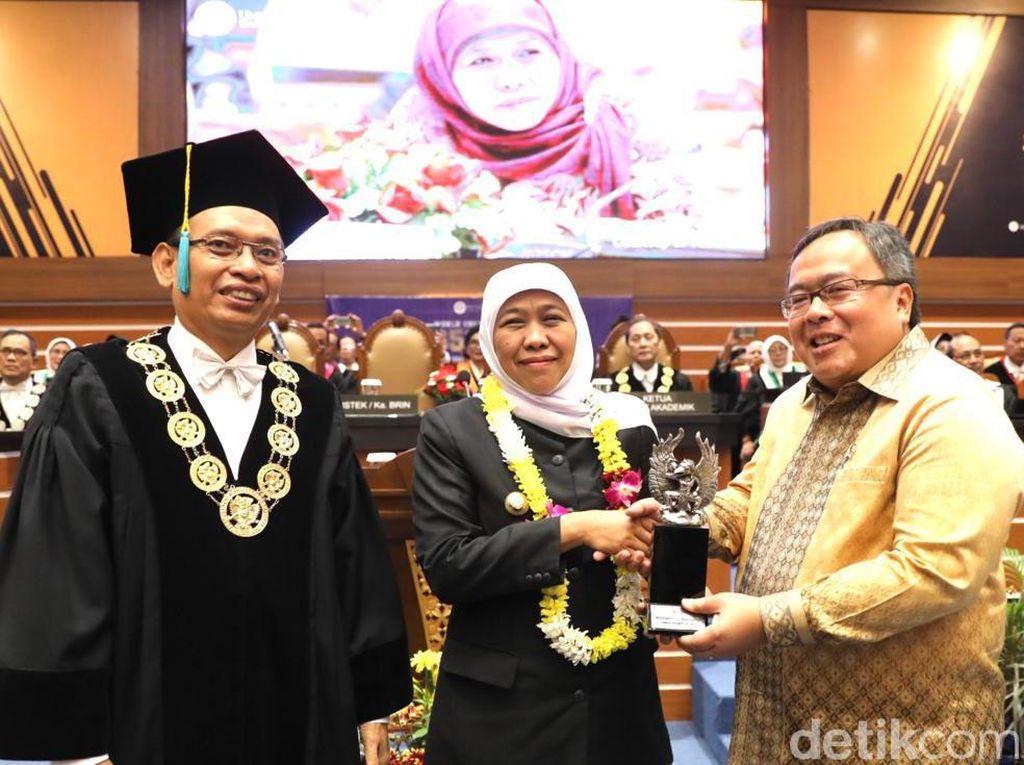 Gubernur Khofifah Raih Penghargaan Alumni Berprestasi Unair