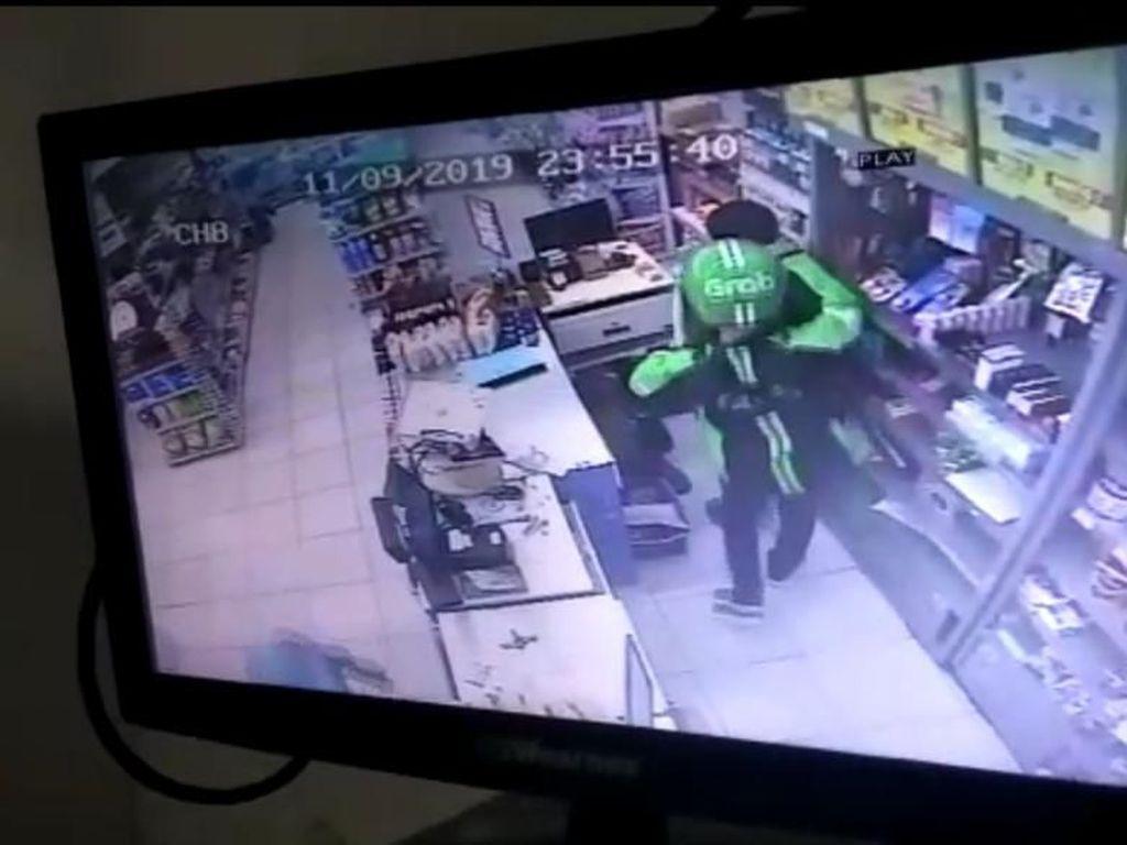 Terekam CCTV, Pria Berjaket Ojol Rampok Minimarket di Ciledug Diburu Polisi