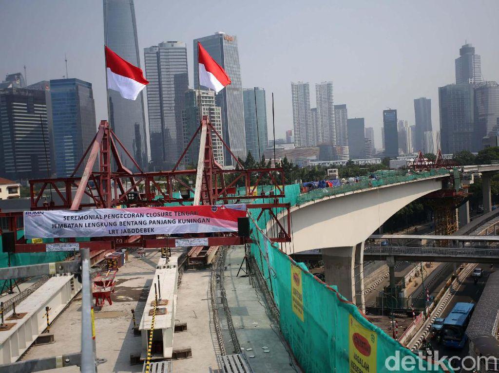 Melihat Konstruksi Jembatan LRT Melayang di Atas Flyover