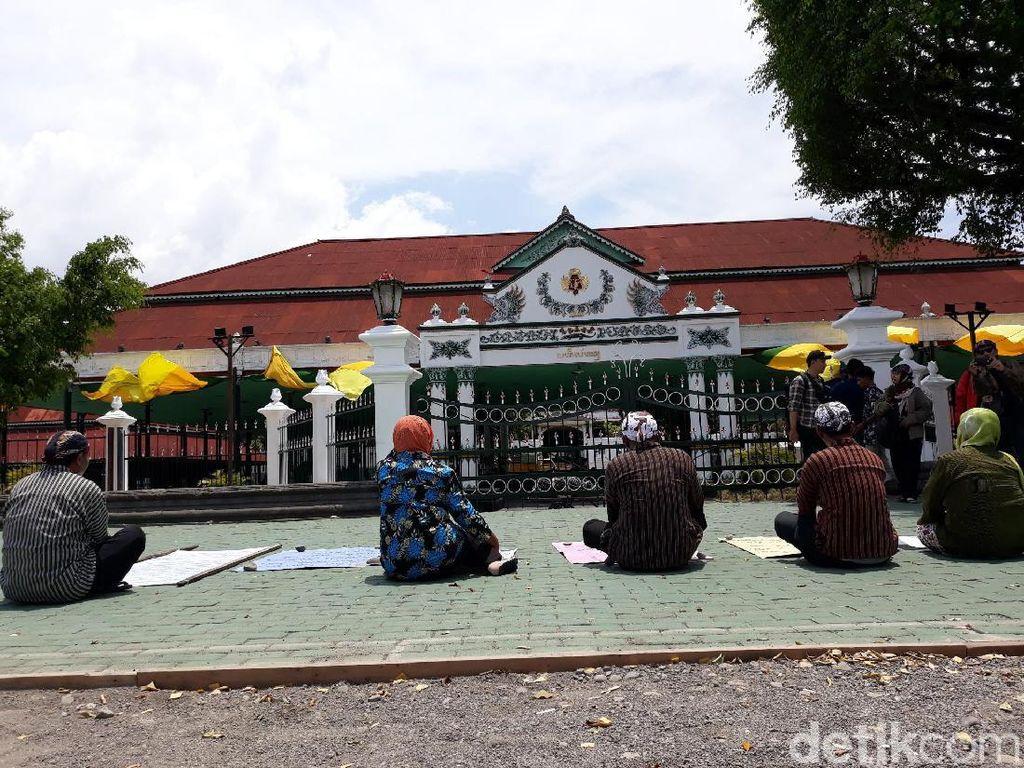 Kios Dieksekusi PN Besok, 5 PKL Tapa Pepe di Depan Keraton Yogya