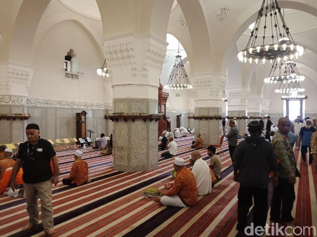 Doa Masuk dan Keluar Masjid Lengkap dengan Artinya