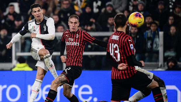 Cristiano Ronaldo saat mencoba mencetak gol ke gawang AC Milan. (
