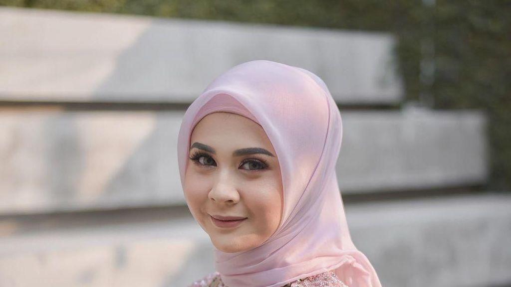 Bikin Pangling, Gaya Hijab Kesha Ratuliu Saat Lamaran