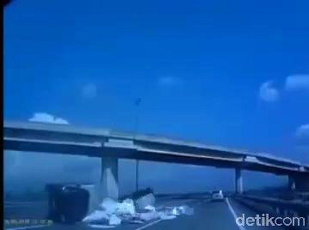 Viral Mobil Boks Terguling di Tol Surabaya-Malang, Ini Faktanya