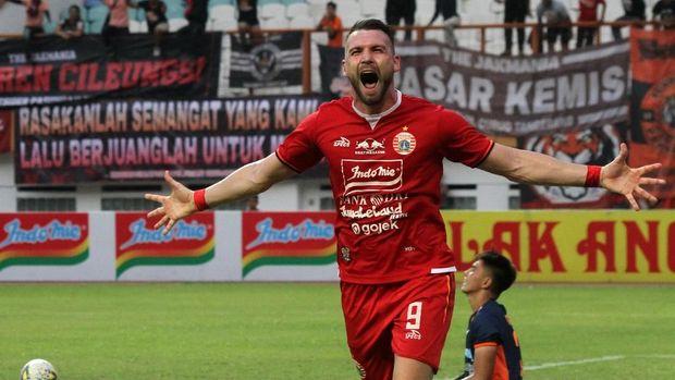 Pesepak bola Persija Jakarta Marko Simic melakukan selebrasi usai mencetak gol keempat ke gawang Borneo FC pada laga pertandingan Liga 1 di Stadion Wibawa Mukti, Cikarang, Jawa Barat, Senin (11/11/2019). Pada laga pertandingan tersebut Persija Jakarta berhasil menang atas Borneo FC dengan skor akhir 4-2. ANTARA FOTO/Risky Andrianto/wsj.