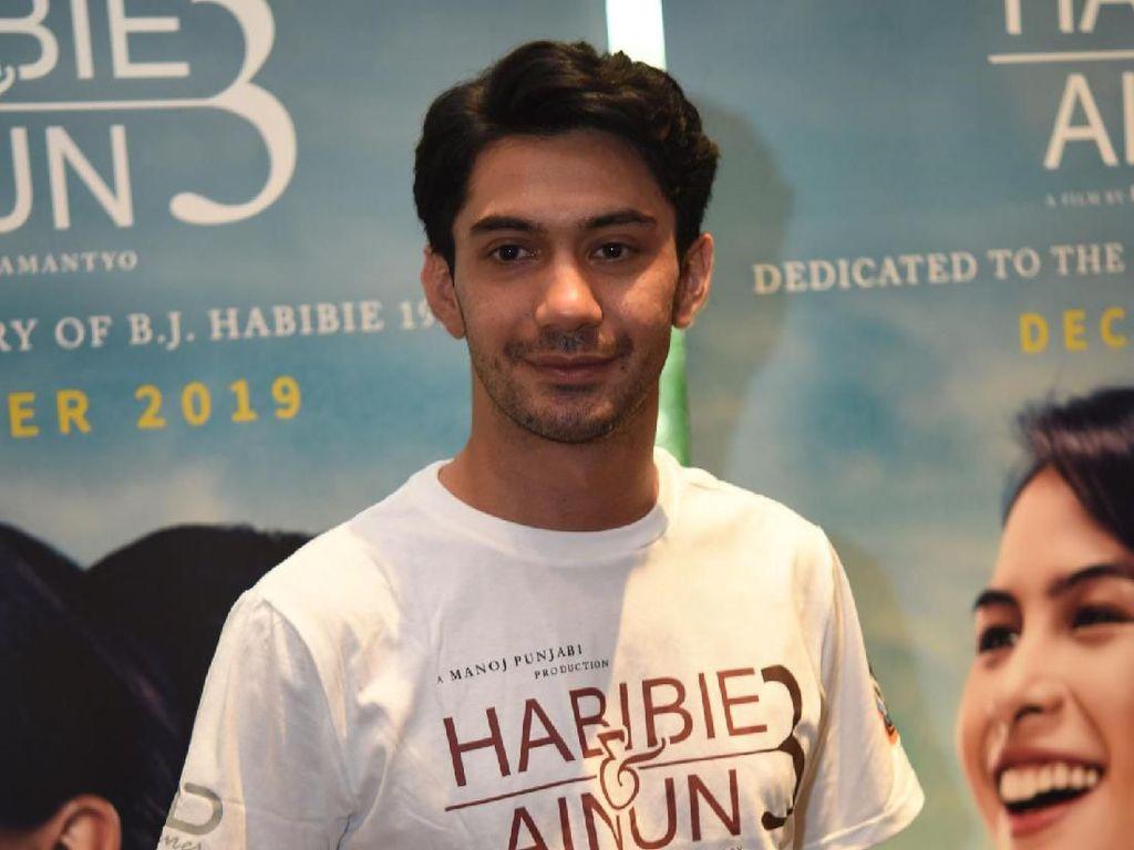 Tampil Jadi Habibie, Reza Rahadian Persiapan 7 Jam