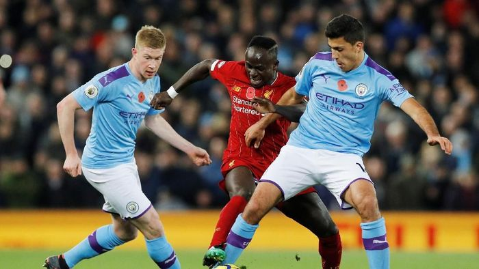 Soccer Football - Premier League - Liverpool v Manchester City - Anfield, Liverpool, Britain - November 10, 2019  Liverpools Sadio Mane in action with Manchester Citys Rodri and Kevin De Bruyne   REUTERS/Phil Noble  EDITORIAL USE ONLY. No use with unauthorized audio, video, data, fixture lists, club/league logos or