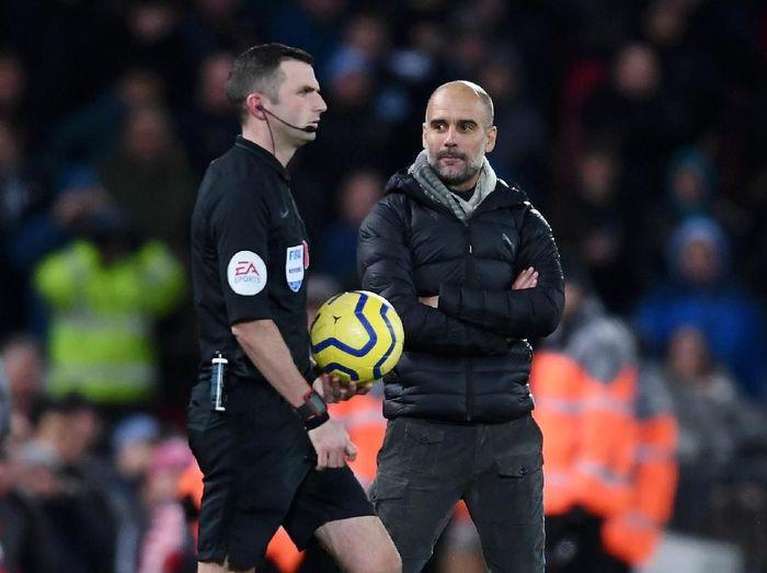 Josep Guardiola mengucap terima kasih ke wasit setelah Manchester City dihantam Liverpool 1-3 (Laurence Griffiths/Getty Images)