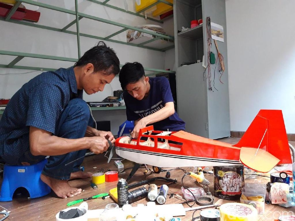 Belajar dari Buku SD, Pemuda Ini Raup Rupiah Bikin Pesawat Aeromodelling