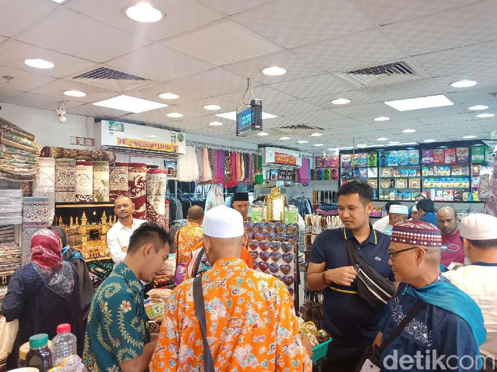 Sebelum Pulang, Rombongan Marbut DKI Mampir ke Pasar Balad Beli Oleh-oleh