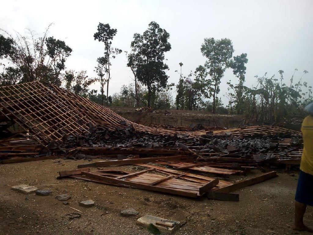 Hujan dan Angin Kencang Landa Ngawi, 7 Rumah Roboh Rata dengan Tanah