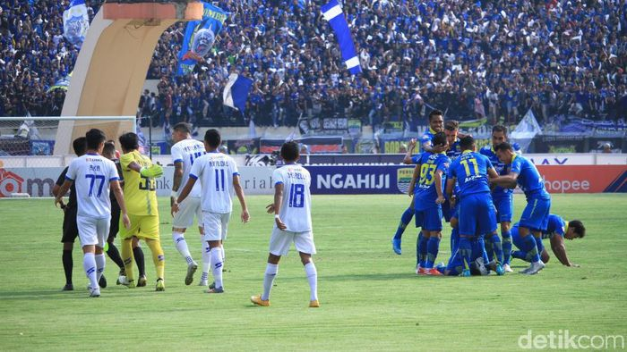 Persib Bandung berhasil meraih kemenangan keempat secara beruntun di Liga 1 2019. Menghadapi Arema FC, tim asuhan Robert Rene Alberts menang 3-0.