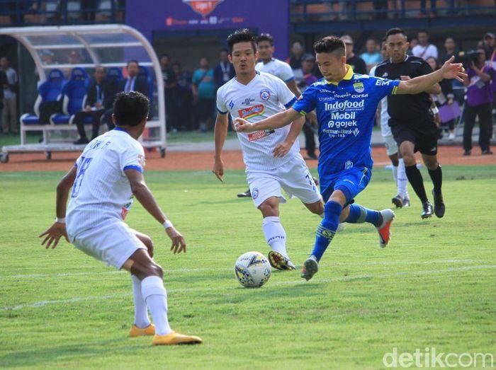 Momen gelandang Persib Bandung Kim Kurniawan membobol gawang Arema FC. (Foto: Wisma Putra/detikSport)