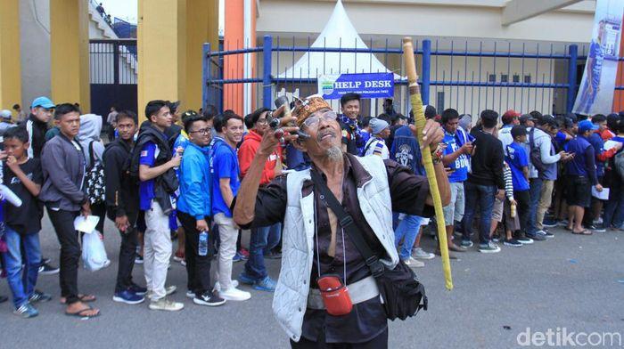 Abah Ipin, pawang hujan menjelang Persib Bandung vs Arema FC (Wisma Putra/detikSport)