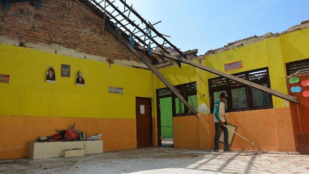 Potret Memprihatinkan Sekolah Rusak di Indonesia