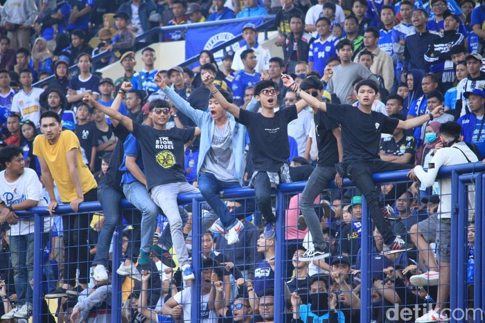 Ribuan pasang mata menyaksikan pertandingan Persib Bandung melawan Arema FC di Stadion Si Jalak Harupat.