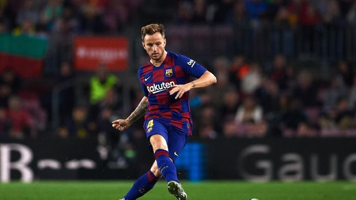 BARCELONA, SPAIN - OCTOBER 29: Ivan Rakitic of FC Barcelona plays the ball during the La Liga match between FC Barcelona and Real Valladolid CF at Camp Nou stadium on October 29, 2019 in Barcelona, Spain. (Photo by Alex Caparros/Getty Images)