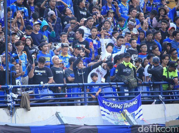 Suporter Persib mendukung timnya saat melawan Arema FC. Foto: Wisma Putra/Detiksport