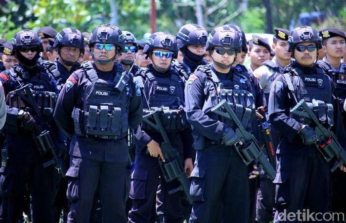 Para petugas TNI-Polri dikerahkan untuk mengamankan pertandingan Persib Bandung kontra Arema FC di Stadion Si Jalak Harupat, Kabupaten Bandung, Selasa (12/11/2019).