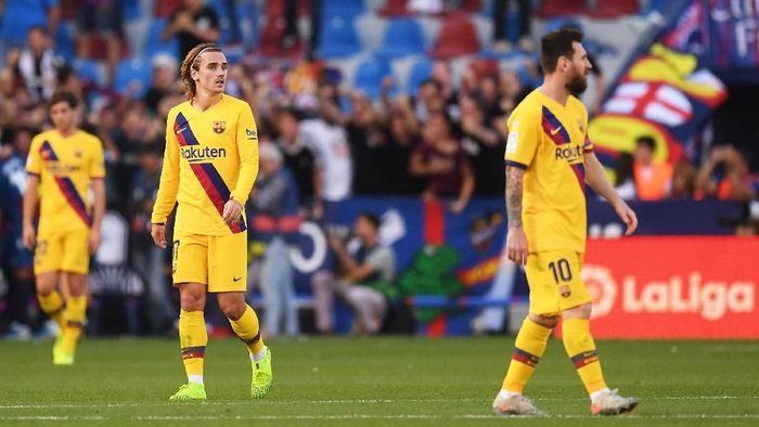 VALENCIA, SPAIN - NOVEMBER 02: Antoine Griezmann and Lionel Messi of FC Barcelona react during the Liga match between Levante UD  and FC Barcelona at Ciutat de Valencia on November 02, 2019 in Valencia, Spain. (Photo by Alex Caparros/Getty Images)