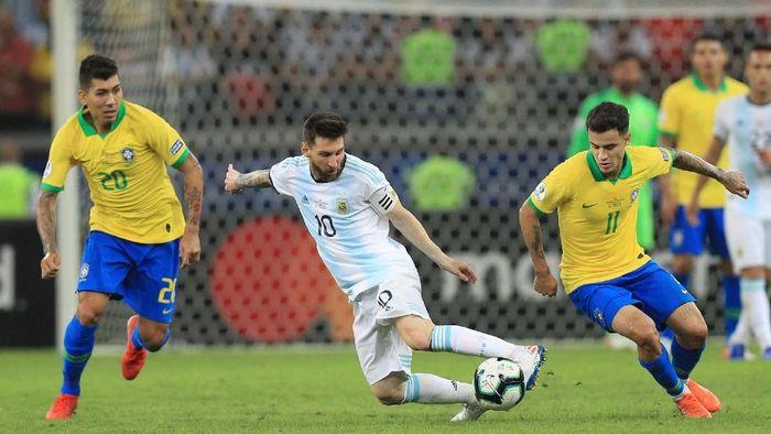 Brasil menghadapi Argentina, Lionel Messi mesti dibatasi ruang geraknya. (Foto: Buda Mendes / Getty Images)