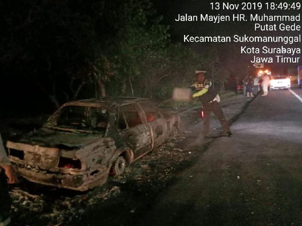 Sebuah Mobil Terbakar di Tol Sidoarjo Diduga Akibat Korsleting Listrik