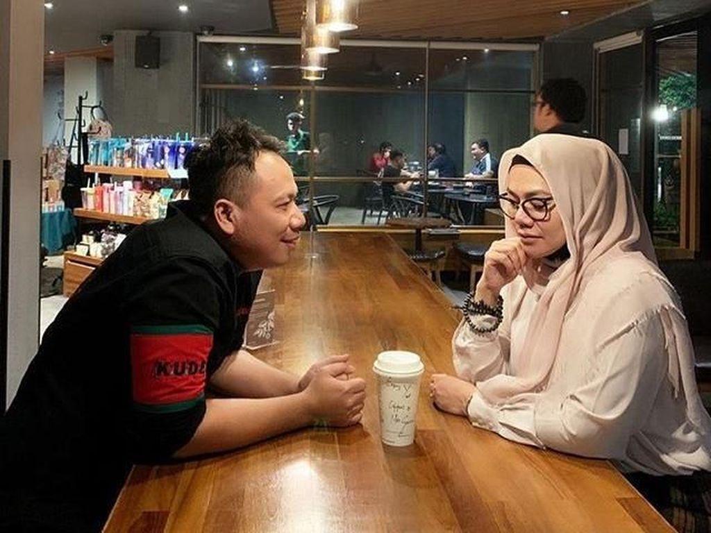 Ini Momen Ngopi Sarita Abdul Mukti dengan Vicky Prasetyo yang Manis