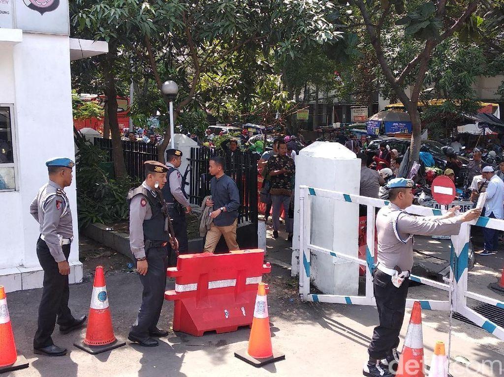 Cegah Bomber, Polisi Bersenjata Geledah Warga di Mapolrestabes Bandung