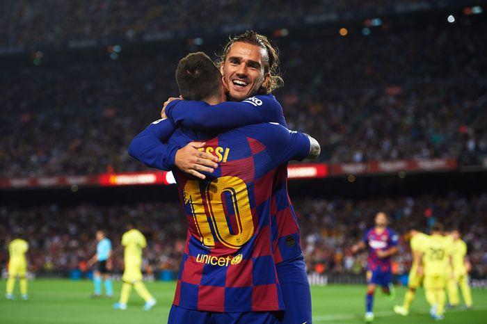 24 September 2019 Messi dan Griezmann berpelukan usai menjebol gawang Villarreal. Sayangnya foto Messi dan Griezmann berpelukan sulit didapat, karena memang jarang kejadian. Momen ini terjadi di Camp Nou. (Alex Caparros/Getty Images)