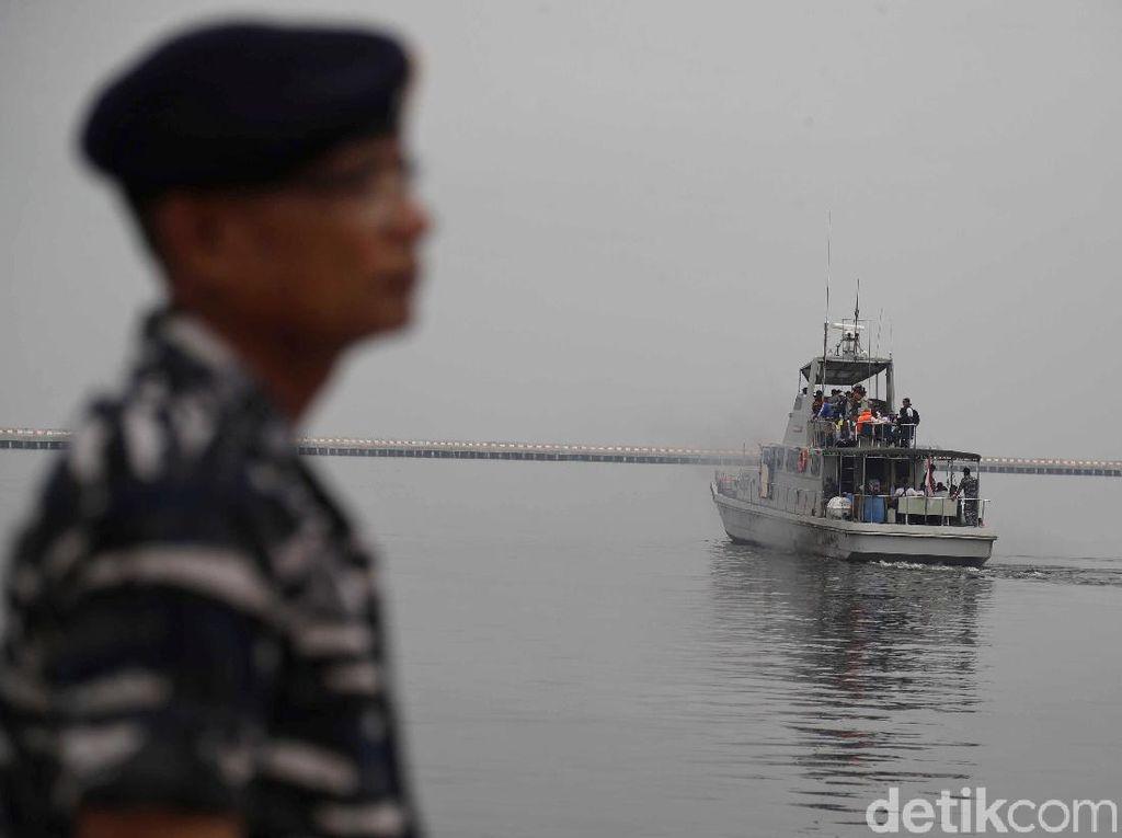 Asyiknya Warga Berlayar dengan Kapal TNI AL