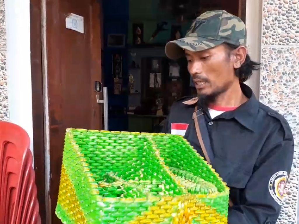 Kreatif! Perajin Padalarang Sulap Limbah Segel Plastik Jadi Mainan Unik