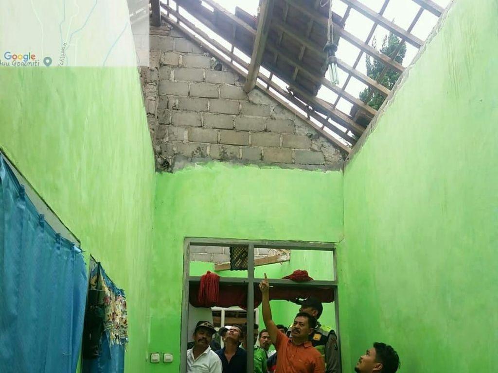 Terjatuh dari Atap Saat Perbaiki Genting, Pria di Blitar Tewas