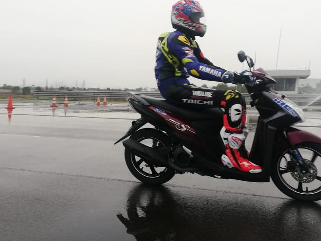 Masuk Musim Hujan, Perlukah Ganti Ban Motor?