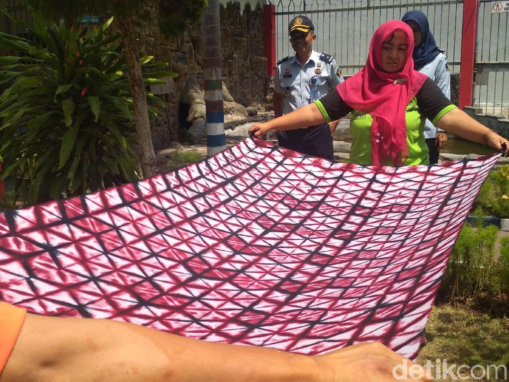 Mengintip Indahnya Warna-warni Batik Shibori Bikinan Napi Rutan Trenggalek