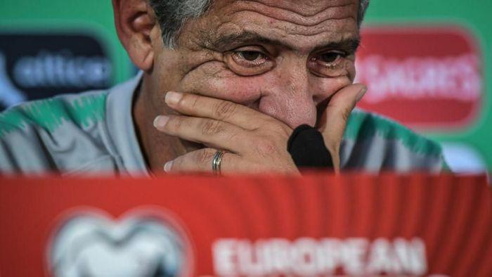 Pelatih timnas Portugal Fernando Santos muak dicecar pertanyaan soal kontroversi Cristiano Ronaldo (Foto: PATRICIA DE MELO MOREIRA / AFP)