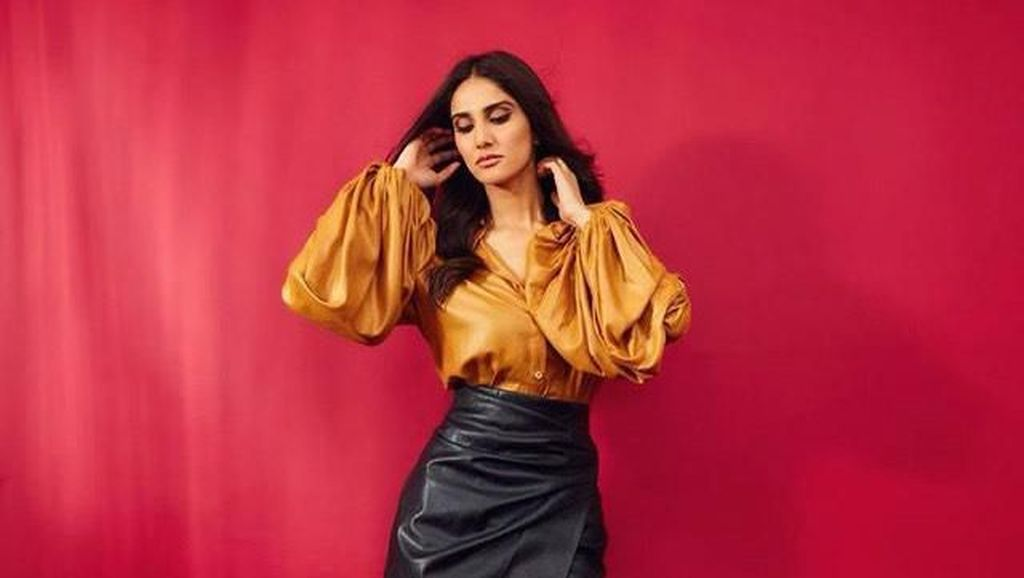 Potret Aktris Bollywood Dikritik Pakai Baju Seksi, Disebut Menghina Agama