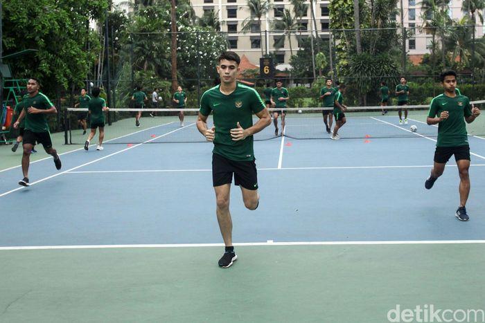 Timnas Indonesia U-23 menggelar latihan ringan di lapangan tenis Hotel Sultan, Jakarta, Kamis (14/11/2019).