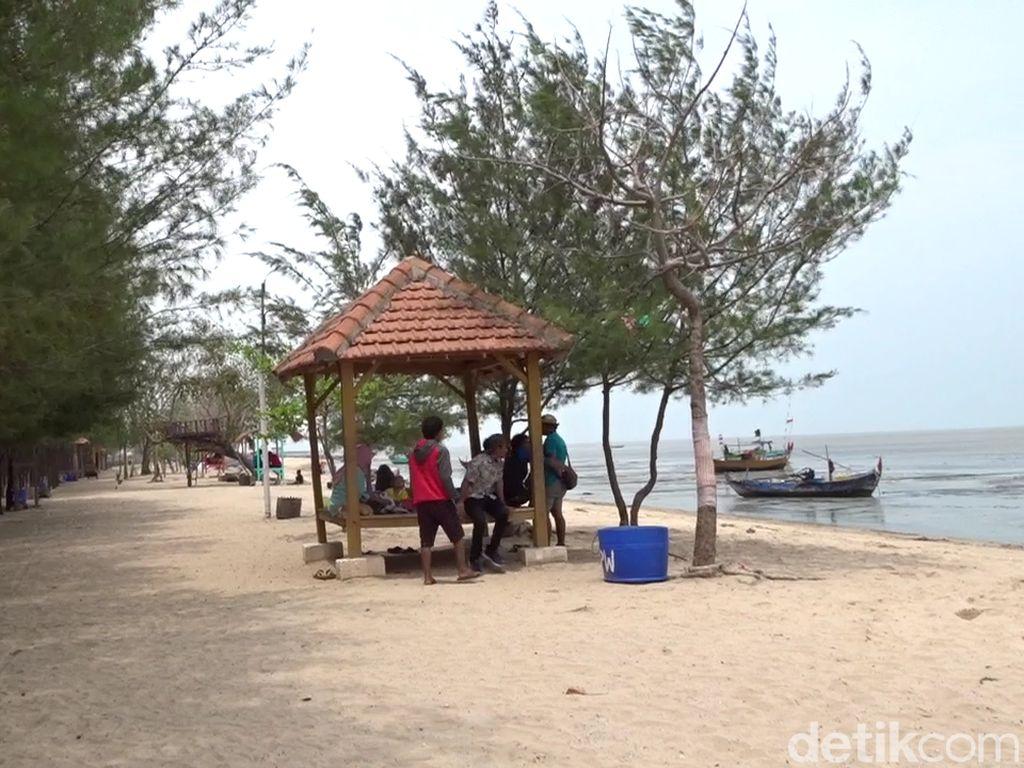 Pengunjung Pantai Wates Dilarang Sentuh Air Laut karena Bikin Gatal