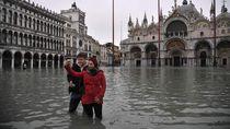 Turis Mau Selfie di Tengah Banjir Venesia, eh Malah Kecebur!
