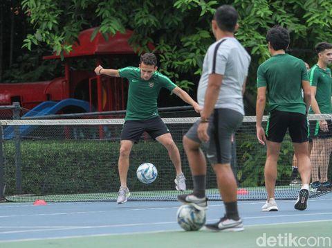 Egy Maulana Vikri berlatih di lapangan tenis Hotel Sultan, Senayan, Kamis (14/11).