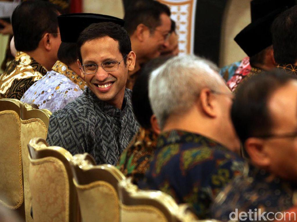 Semringahnya Mendikbud Nadiem Saat Terima DIPA 2020 dari Jokowi