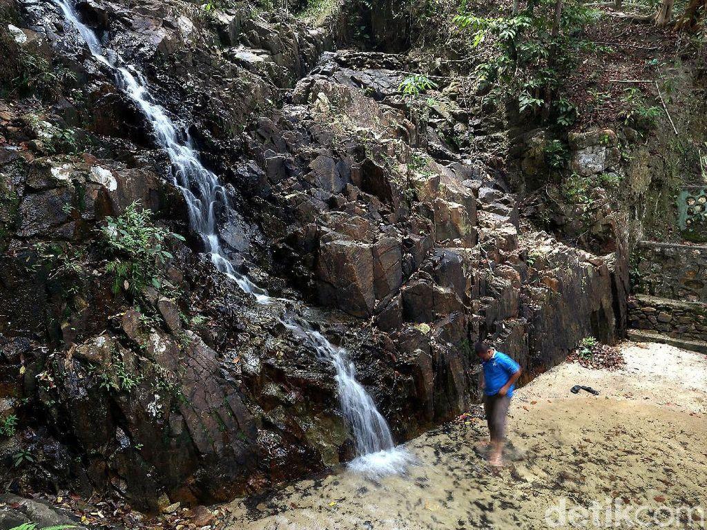 Menikmati Keasrian Air Terjun Desa Pongkar di Tapal Batas RI