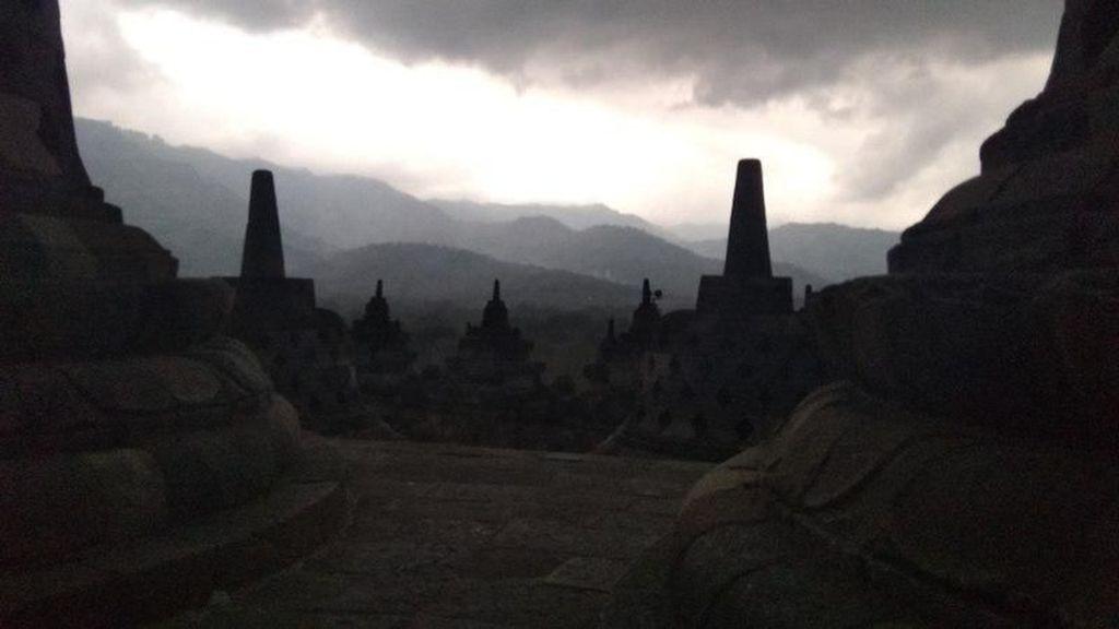 Foto: Menikmati Sunset di Candi Borobudur