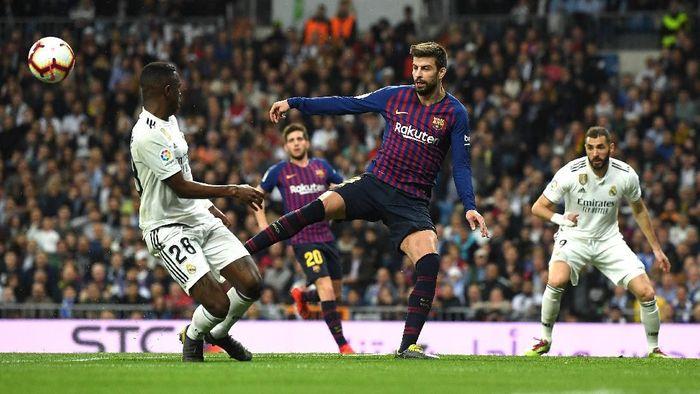 Gerard Pique menanggapi keluhan Real Madrid soal perbedaan waktu istirahat dengan Barcelona jelang El Clasico (Foto: David Ramos/Getty Images)