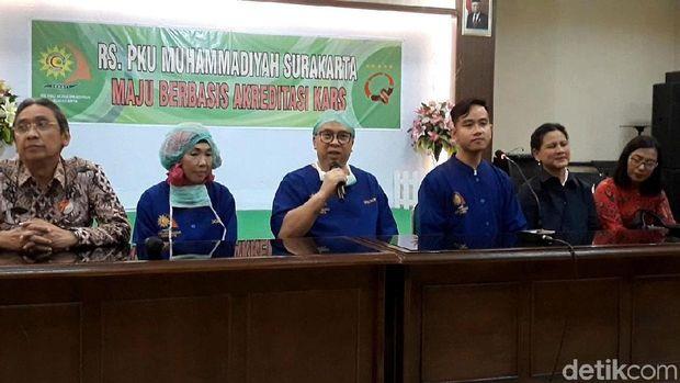 Gibran bersama tim medis melakukan konfrensi pers