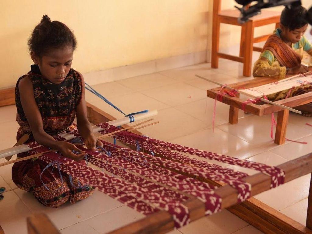 Melihat Aksi Menenun Siswa SD di Kupang