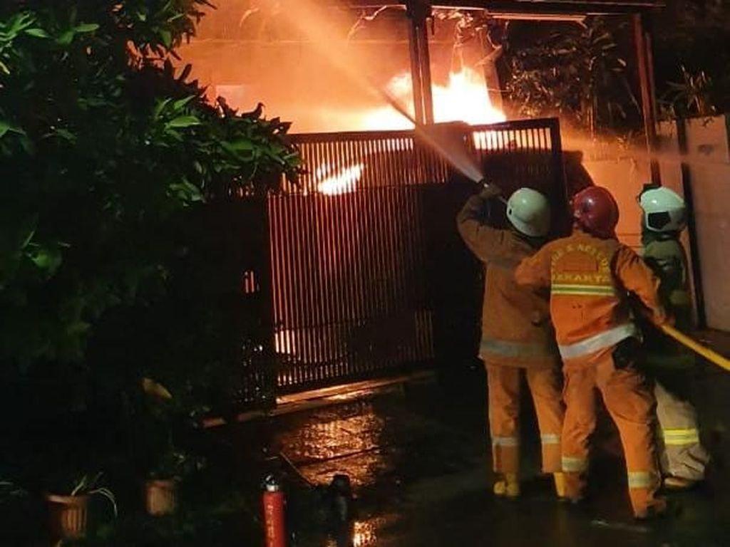 Rumah 2 Lantai di Kembangan Jakbar Terbakar, 15 Mobil Damkar Dikerahkan