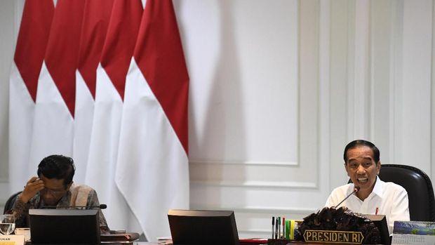 Presiden Joko Widodo (kanan) didampingi Menko Polhukam Mahfud MD (kiri) memimpin Sidang Kabinet Paripurna di Kantor Presiden, Jakarta, Kamis (14/11/2019). Sidang kabinet tersebut membahas Rencana Pembangunan Jangka Menengah Nasional (RPJMN) 2020-2024. ANTARA FOTO/Puspa Perwitasari/aww.