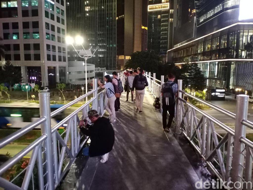Jumat Malam, Banyak yang Foto-foto di JPO Tanpa Atap